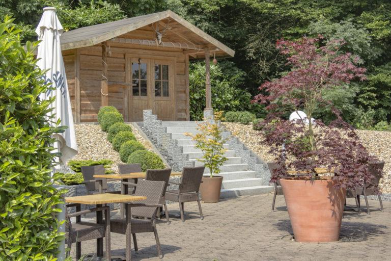 Sonnenterrasse mit Gartenhäuschen im Parkhotel Ahrbergen